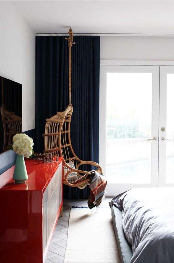Cortina azul marinho com rack vermelha