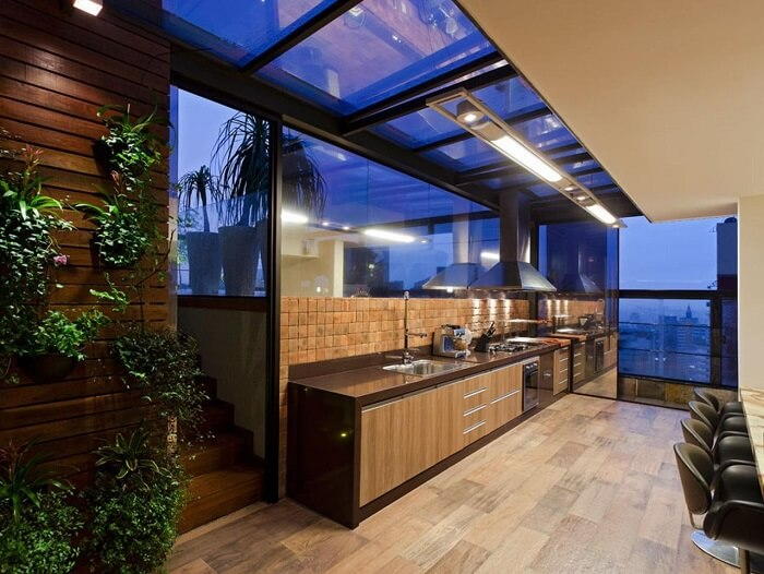 Cozinha ampla com coifa metálica e torneira gourmet de mesa