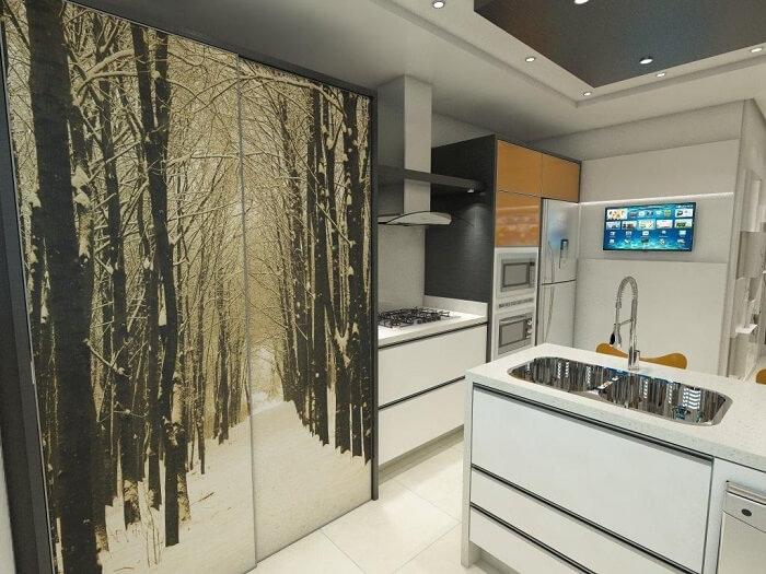 Cozinha com armário com portas deslizantes e torneira gourmet