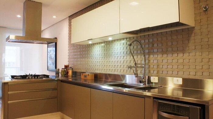 Cozinha com bancada em l e torneira gourmet de mesa