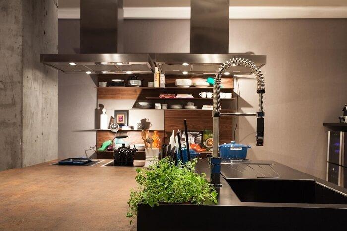 Cozinha com coifa e torneira gourmet de alumínio