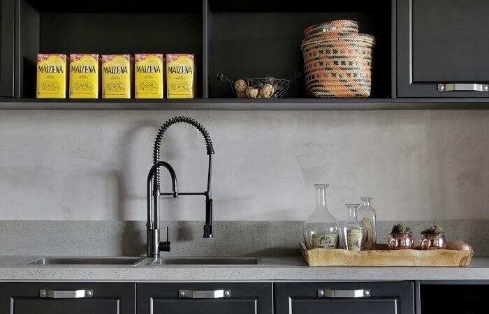 Cozinha com decoração estilo industrial conta com torneira gourmet preta