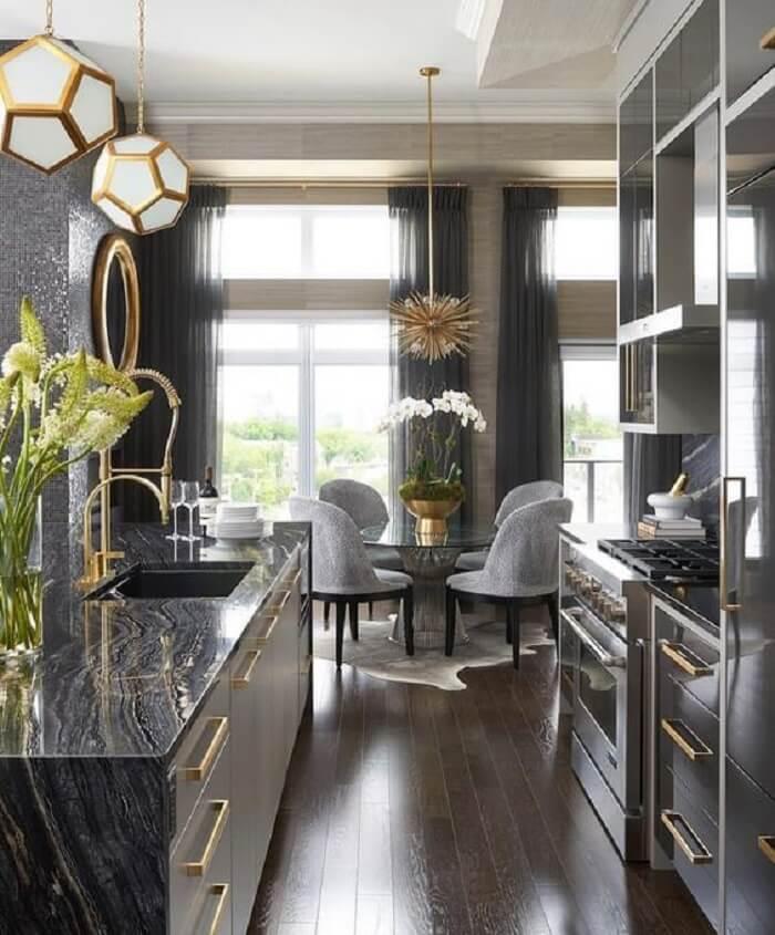 Cozinha com decoração luxuosa e torneira gourmet dourada