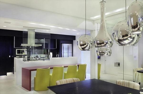 Cozinha gourmet com bancada vermelha e cadeira amarela
