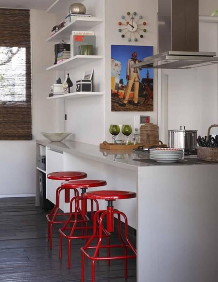 Cozinha gourmet com relógio de parede delicado e colorido