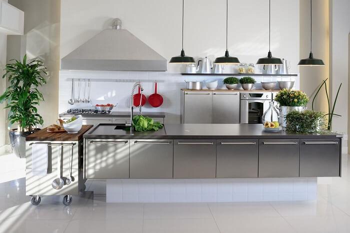 Cozinha planejada com pendente preto e torneira gourmet de alumínio