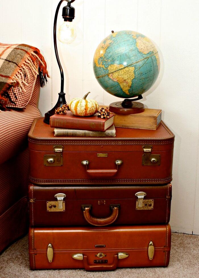 Criado mudo criativo feito com malas de viagem