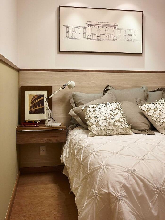 Criado mudo de madeira suspenso para quarto de casal