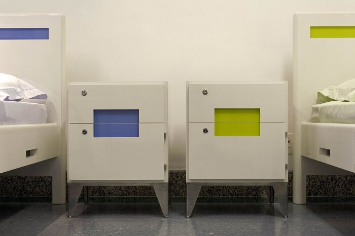 Criado mudo moderno com design sofisticado em verde e azul