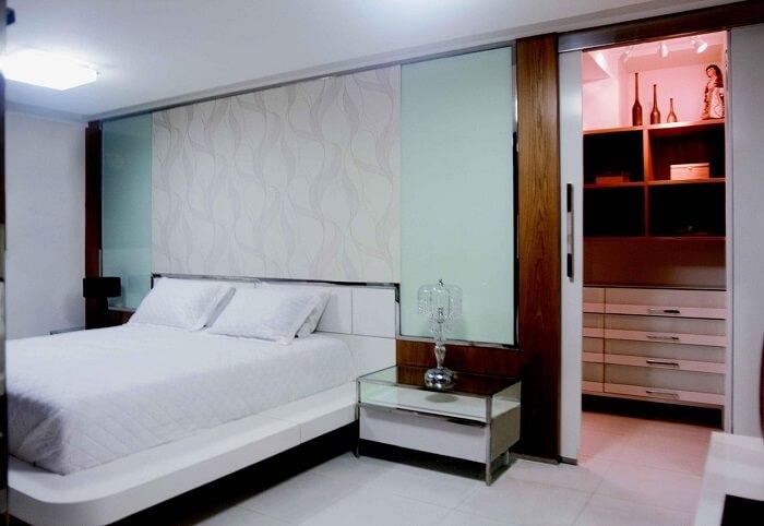 Criado mudo moderno com tampo de vidro para quarto de casal