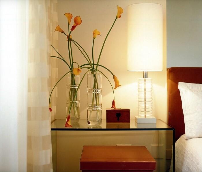 Criado mudo moderno com vidro traz sofisticação para o quarto