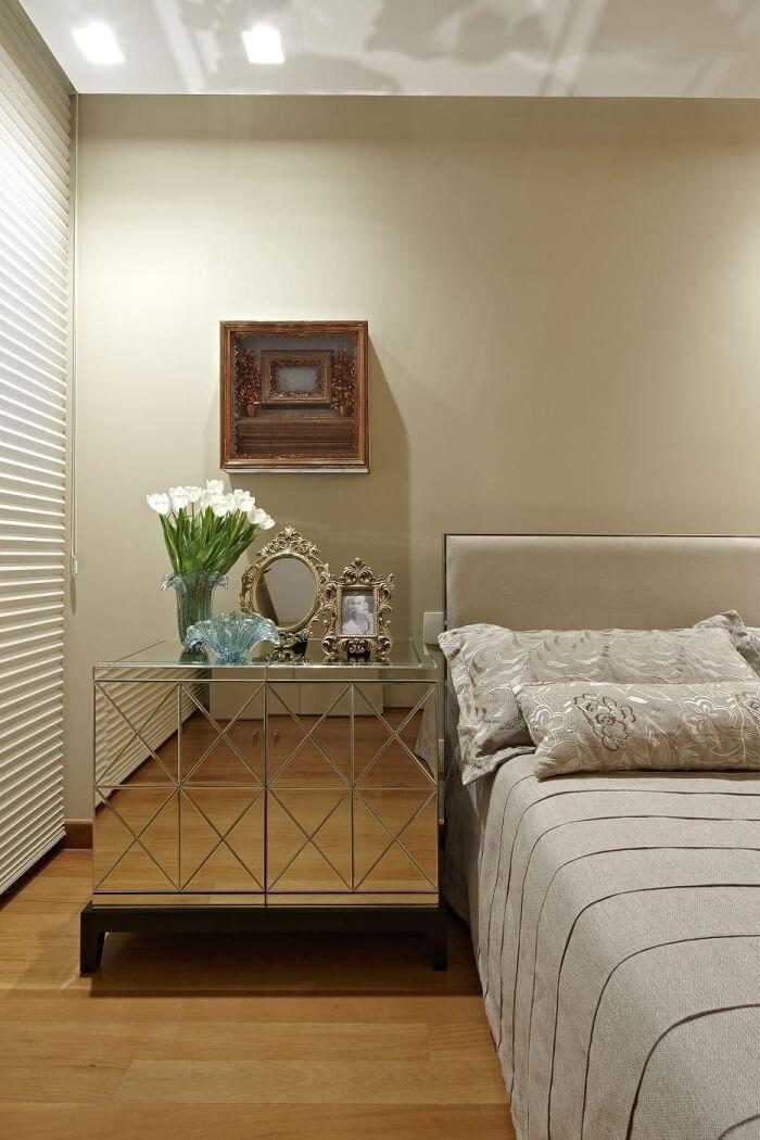 Criado mudo moderno robusto e espelhado encanta a decoração do quarto