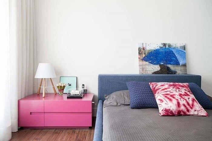 Criado mudo moderno rosa traz alegria para o ambiente