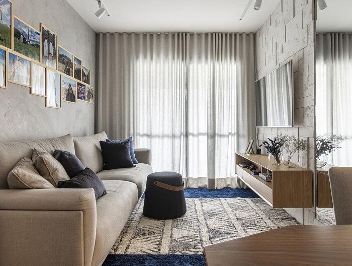 Decoração clean com sofá bege e rack suspenso de madeira. Projeto de Henrique Yokoyama Ortis