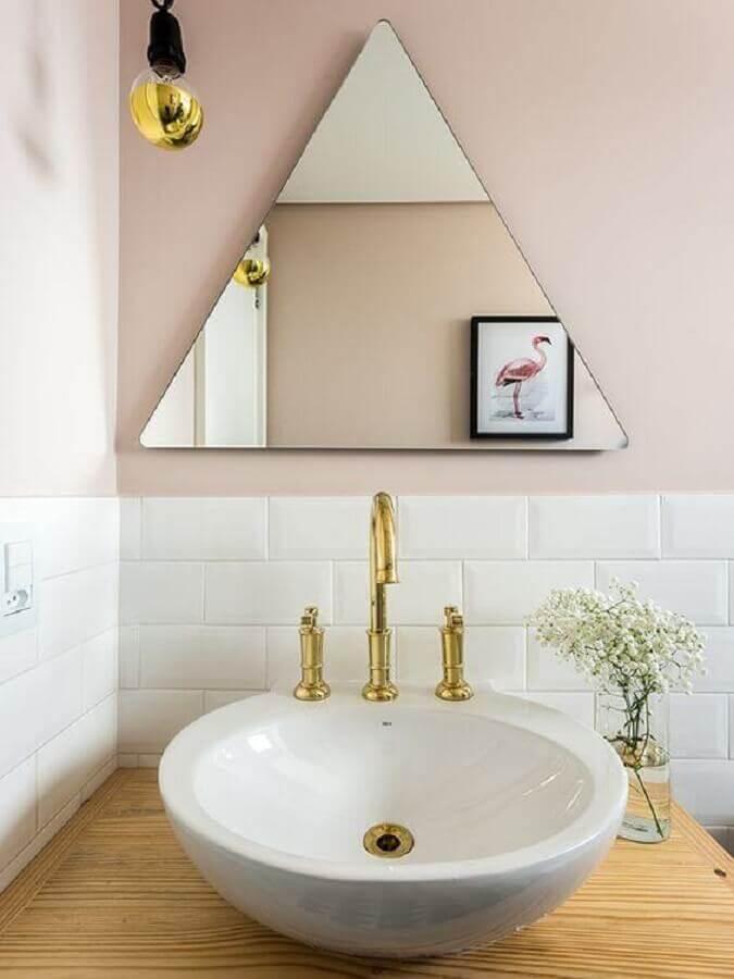 Decoração com espelho sem moldura triangular para banheiro Foto Pinterest