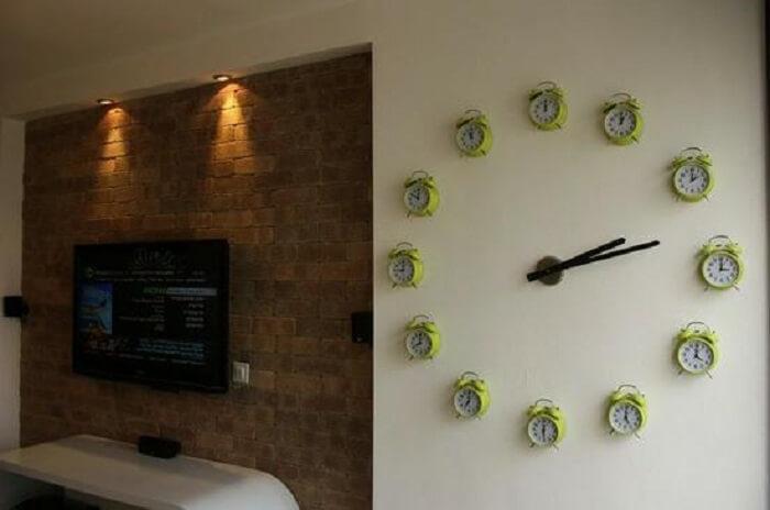 Decoração criativa e ousada com relógio de parede