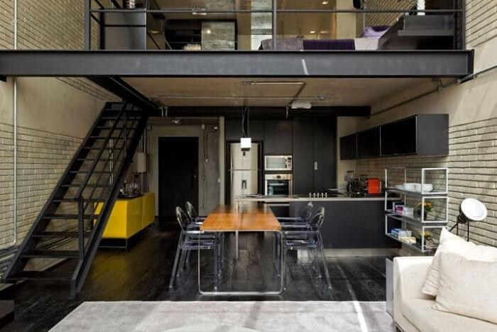 Decoração dark para esta sala com escada e cozinha americana