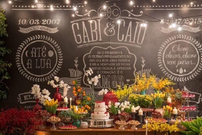 Decoração de festa Chá Bar sofisticada com muitas flores e docas
