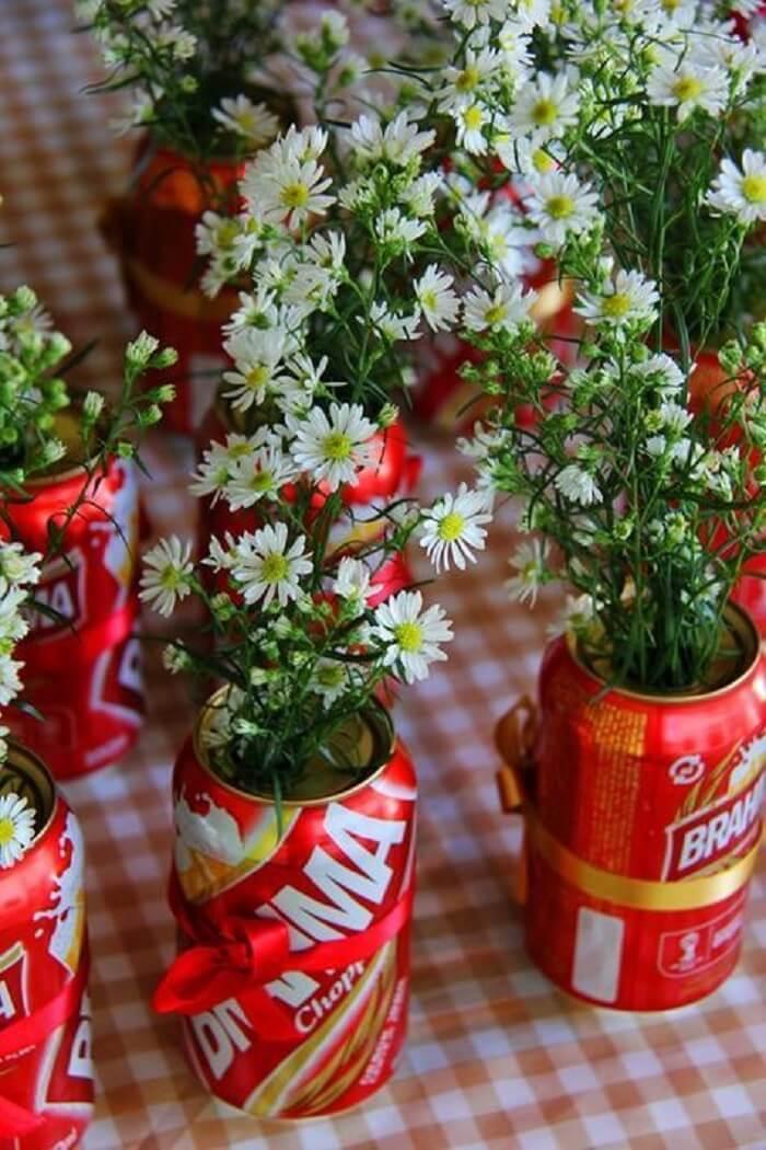 Decoração de festa chá bar simples feita com latinhas de cerveja
