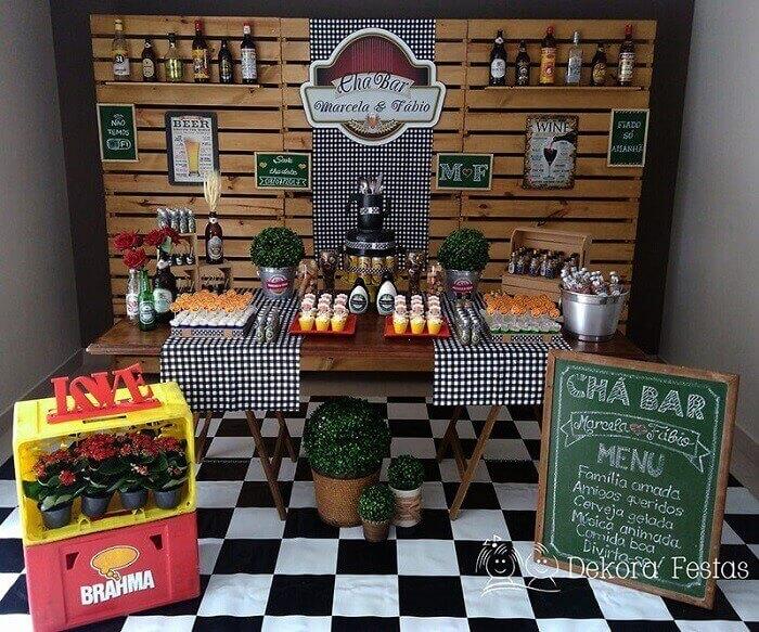 Decoração de mesa Chá Bar feito com painel de madeira