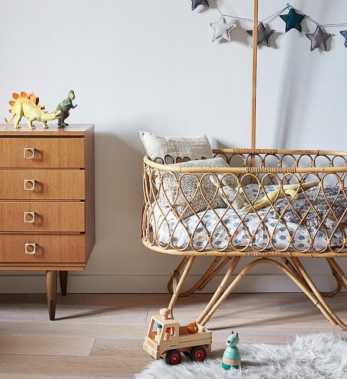 Decoração de quarto de bebê com berço de vime