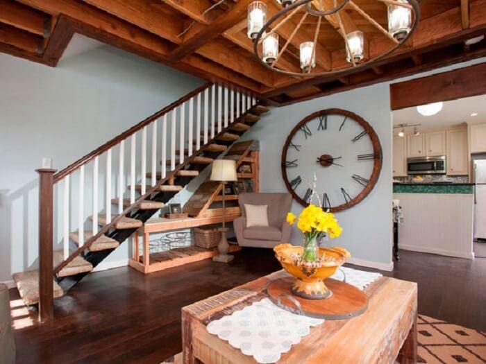 Decoração rústica com relógio de parede grande feito com madeira