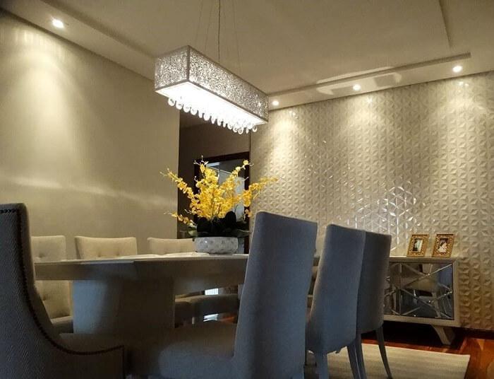Destaque sua sala de jantar incluindo uma parede com placa de gesso 3D