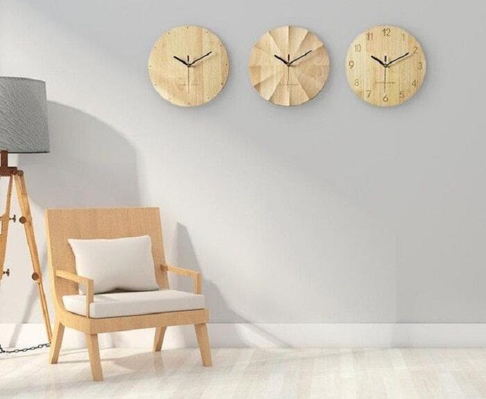 Diferentes modelos de relógio de parede feitos em madeira