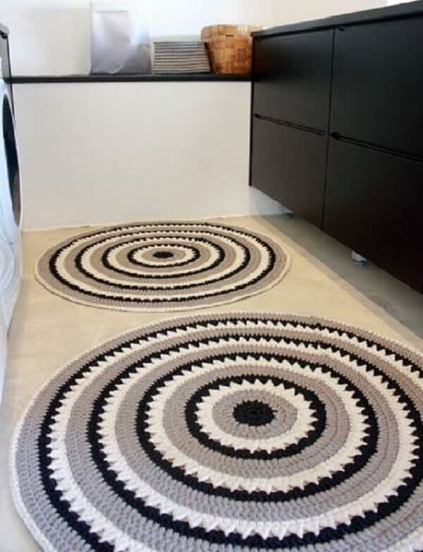Dois tapetes de crochê complementam a decoração do espaço