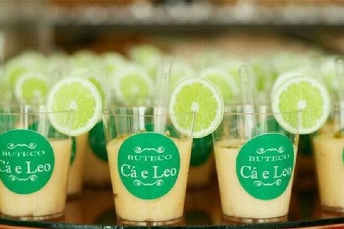 Docinho simulando drink para festa Chá Bar