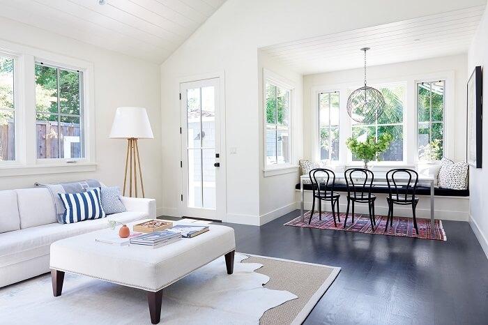 Sala de estar com decoração neutra e tapete sisal