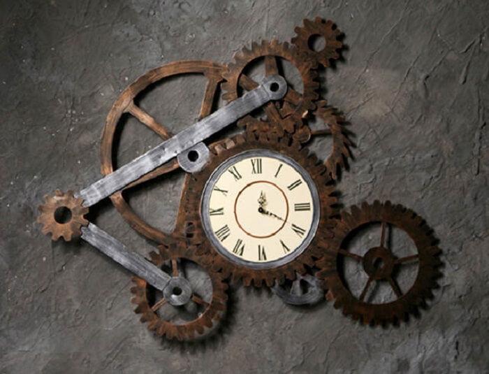 Relógio de parede engenhoso feito com peças de engrenagem