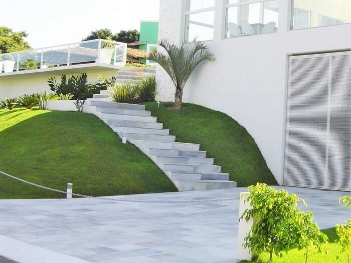 Escada feita com pedra São Tomé branca encanta a entrada da casa