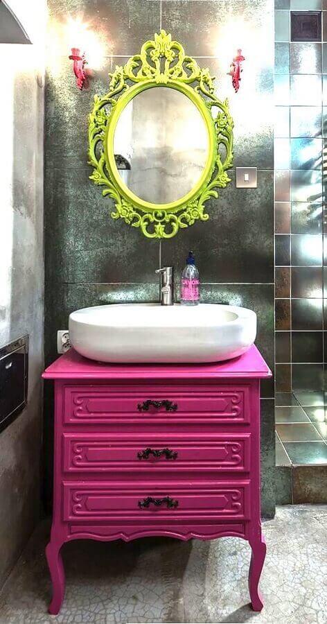 Espelho decorativo com moldura amarela para banheiro decorado com gabinete rosa Foto Pinterest