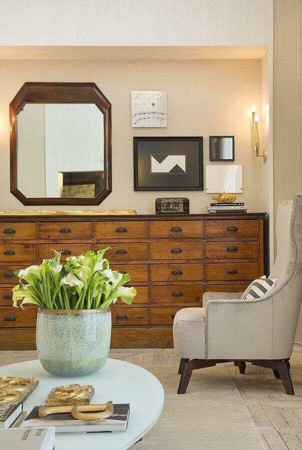 Espelho decorativo para sala com buffet de madeira antigo e poltrona cinza Foto Pinterest