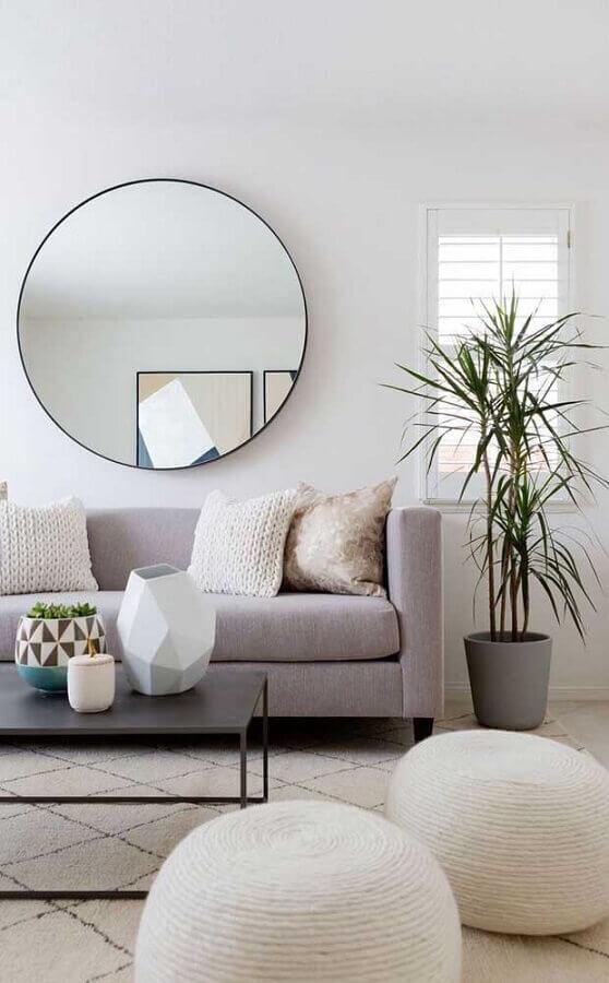 Espelho decorativo redondo para sala de estar decorada com sofá cinza e puffs brancos Foto Pinterest