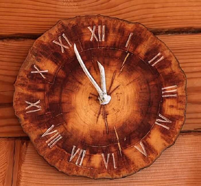 Esse relógio de parede transmite ainda mais rusticidade no ambiente