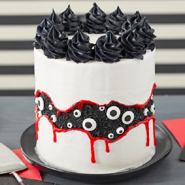 Bolo de Halloween criativo em tons de branco, vermelho e preto