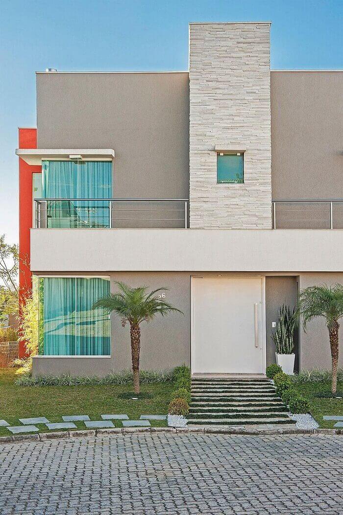 Fachada da casa com coluna feita com pedra São Tomé