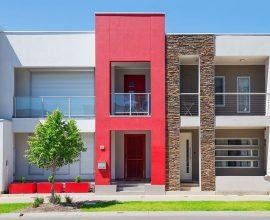 Fachada de casa vermelha e branca com revestimento de pedra Foto ConstruindoDECOR
