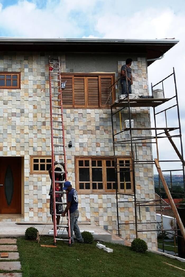 Fachada externa revestida com pedra São Tomé