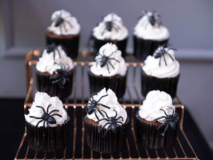 cupcake decorado com aranhas de brinquedo para festa de Dia das Bruxas Foto Buffets Infantis