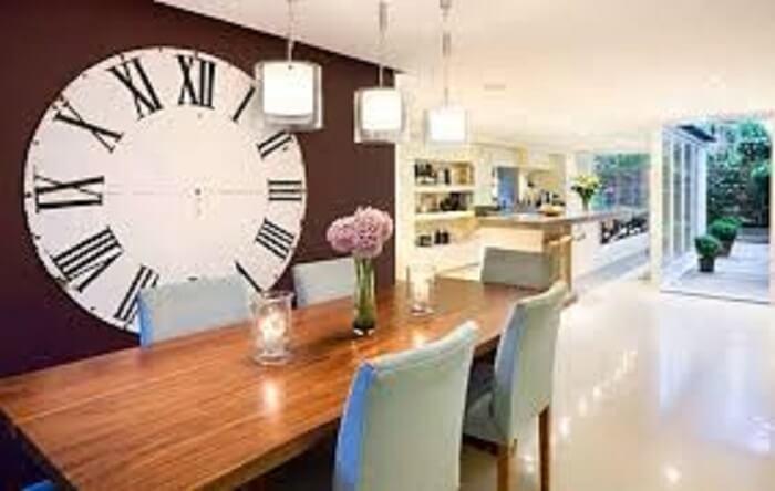 Sala de jantar com relógio de parede gigante