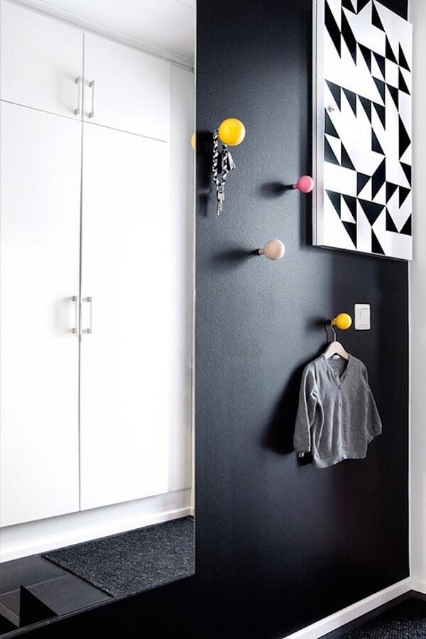 Gancho de parede feito em esfera colorida