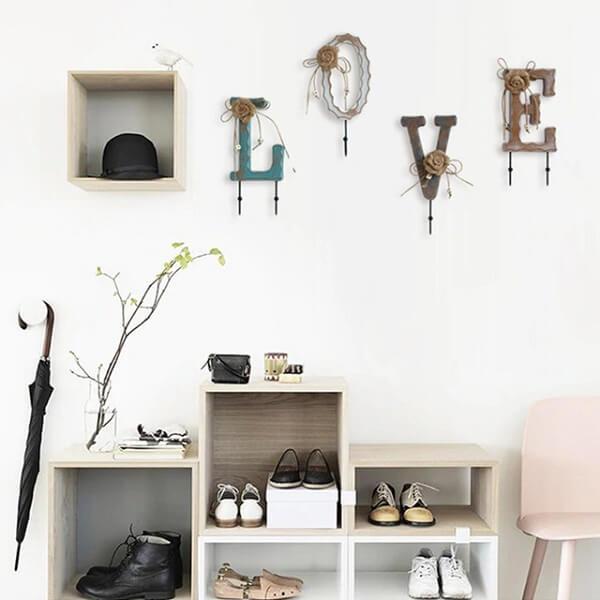 Gancho de parede formam a palavra LOVE