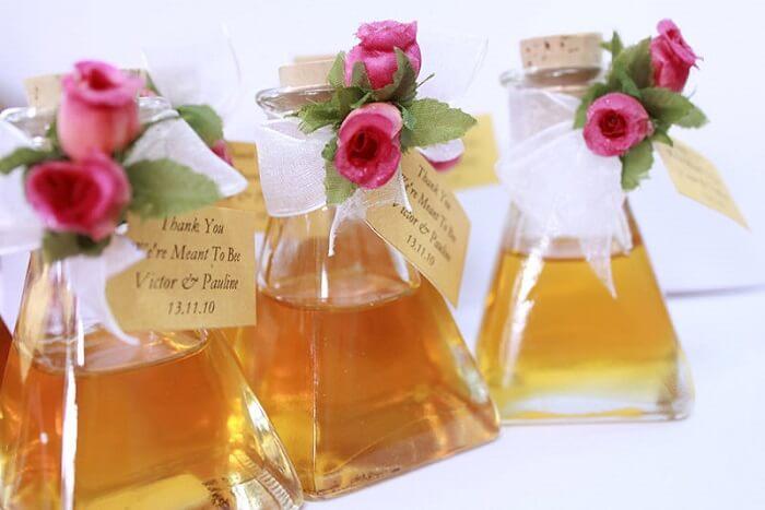 Garrafinha com mel utilizada como lembrancinha de casamento