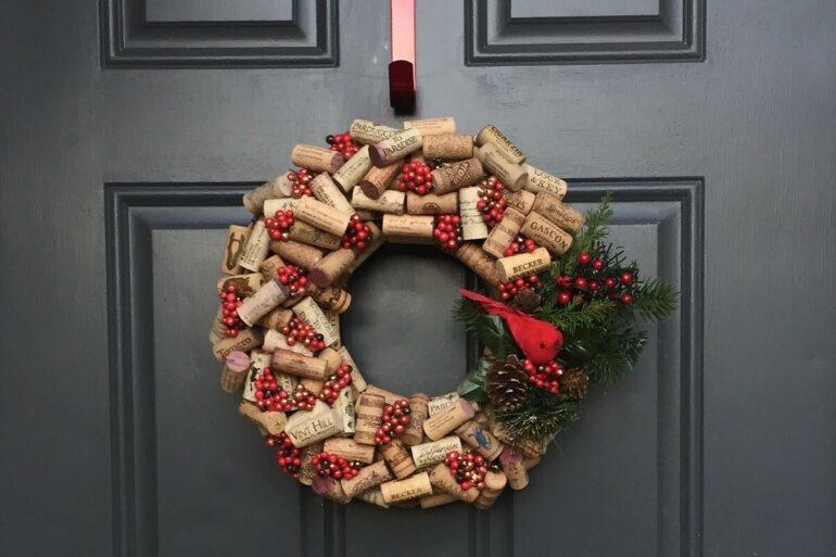 Guirlanda para Natal feita com rolhas de garrafa