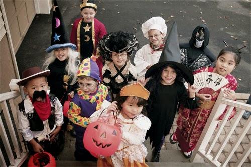 Crianças pegando doces no Halloween