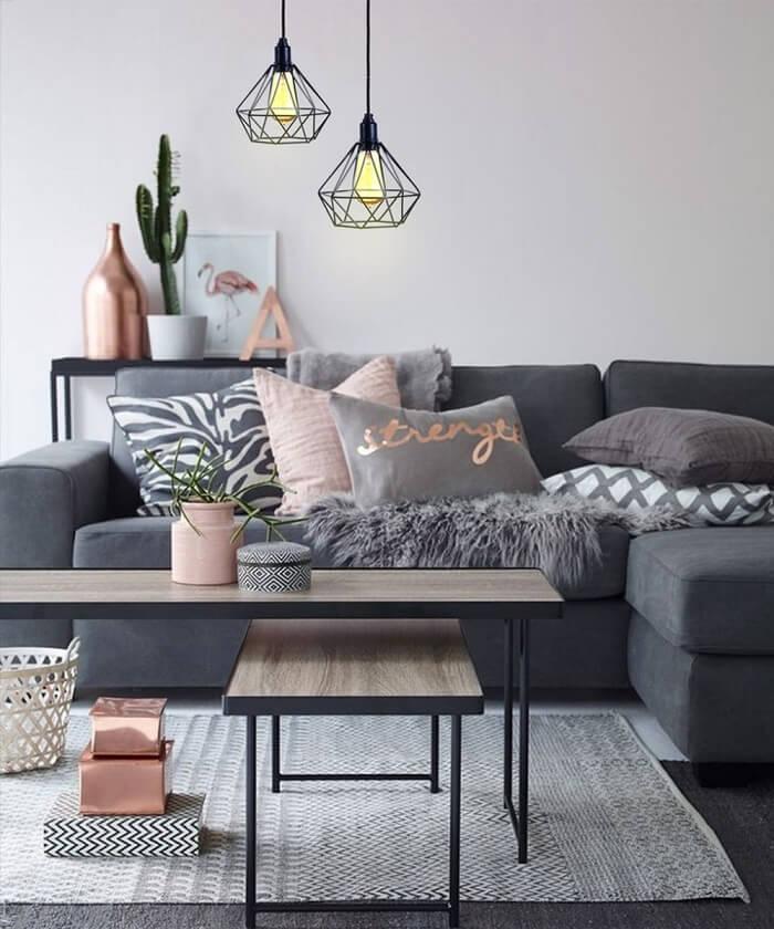 Pendente aramado complementa a decoração desta sala de estar
