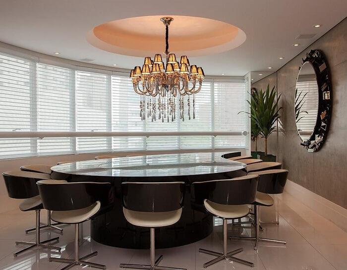 Sala de jantar com lustre e espelho